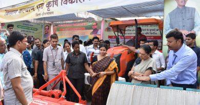 राज्यपाल श्रीमती आनंदी बेन ने होशंगाबाद में कृषि यंत्रों को परखा
