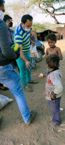 बिया लाइब्रेरी की ओर से गरीब परिवारों को साबुन ,बिस्किट ओर फल वितरित