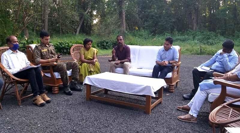 ग्रामीणों की आय बढ़ाने के लिए मुर्गी पालन एवं मत्स्य पालन पर ज़ोर -अधिकारियों ने की बैठक