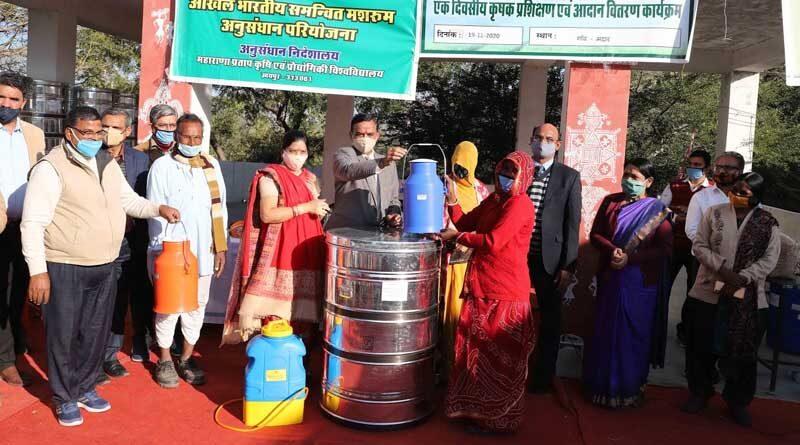 कृषि विश्वविद्यालय उदयपुर द्वारा गोद ग्राम में कृषि आदान वितरण
